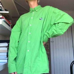 Oversize klassisk skjorta från Peak Performance. Sparsamt använd och i fint skick. Köparen står för frakt eller möts i Gbg ✨