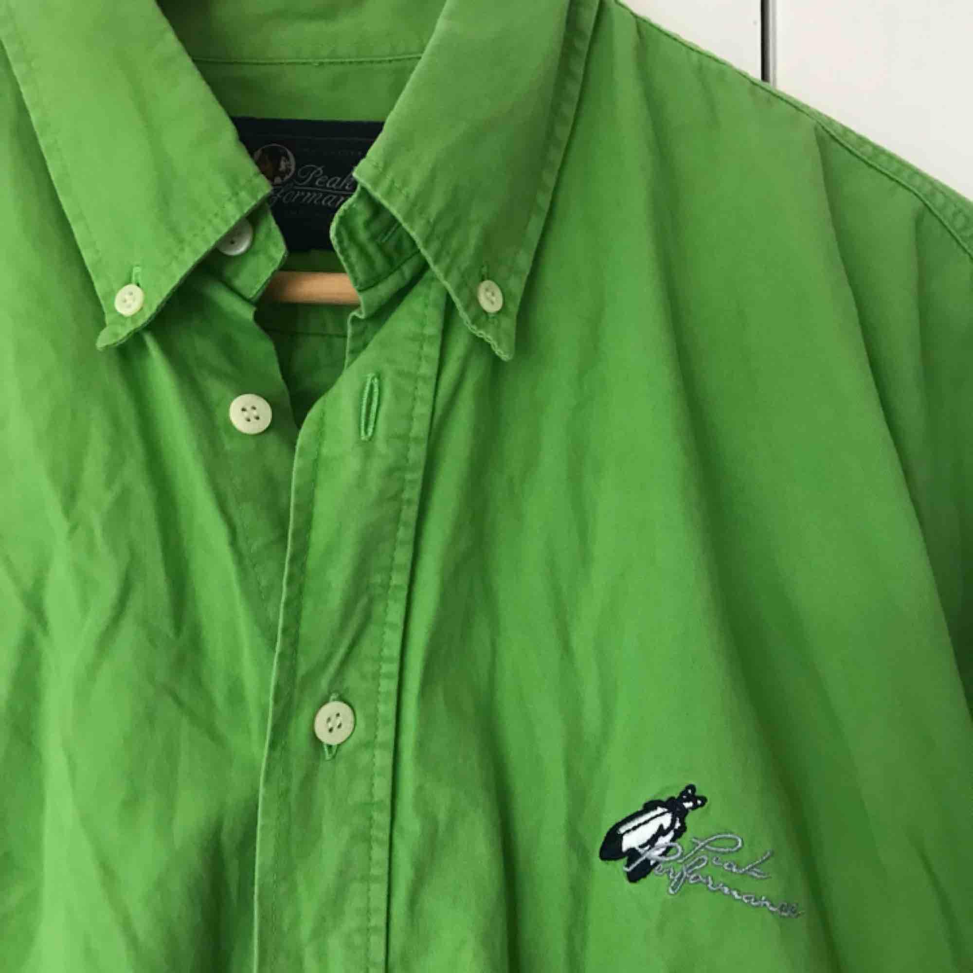 Oversize klassisk skjorta från Peak Performance. Sparsamt använd och i fint skick. Köparen står för frakt eller möts i Gbg ✨. Skjortor.