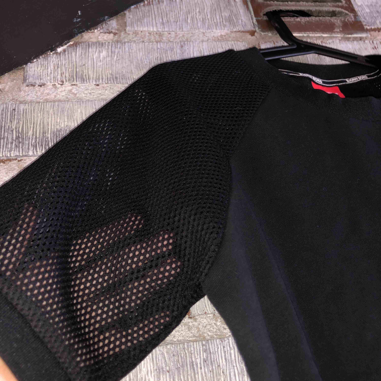 Snygg Björn Borg tshirt i lite tjockare material. Sitter bra och är stretchig, fishnet ärmar. Strl S men passar både M och XS beroende på hur man vill ha den. Använd endast en gång då den inte är min stil. Nypris ca 350kr. T-shirts.