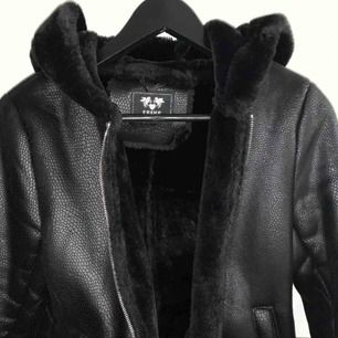 Min jacka som är köpt förra året från en hemsida är knappt använd, sjukt ball med detaljerna som ser ut som ormskinn. Jag passade inte i den från början