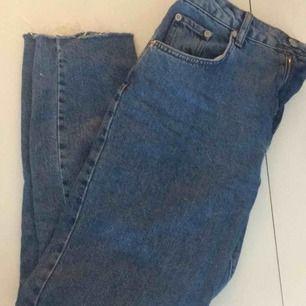 Jättefina mom-jeans, inköpta för ca två veckor sedan. För stora för mig så säljer vidare, köpta från na-kd för 399:-. Finns i Stockholm!