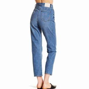 """Sparsamt använda mom-jeans från Neuw, ordinarie pris 1299kr  60kr frakt   Modell """"Macy"""", hög midja med dragkedja, vita ben,  Storlek 32 i längd!"""