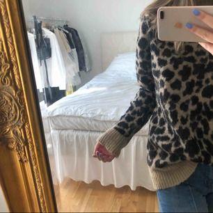 Säljer min älskade Leopard tröja från nakd, köpt för ca ett år sedan för 500kr. Storlek XS men passar S också!