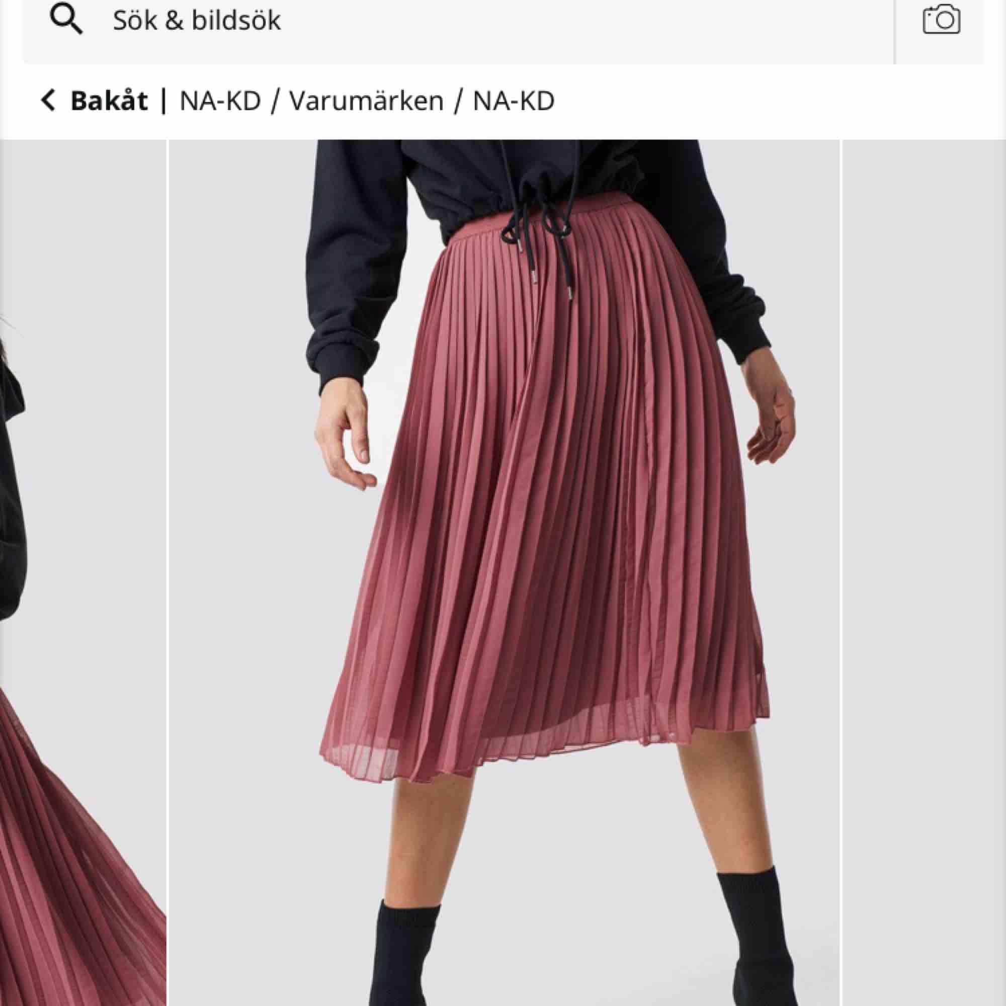 Superfin kjol från na-kd. Aldrig använd, finns i Stockholm. . Kjolar.