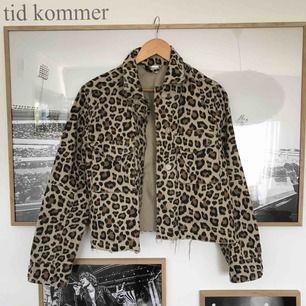 En leopard jacka i kortare modell och slitningar nedtill. Köparen står för frakten.