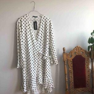 Helt oanvänd klänning från boohoo! Inköpt på asos. Superfin omlottklänning, ordinariepris 273 kr.  Frakt tillkommer på 27 kr 👋🏻👋🏻