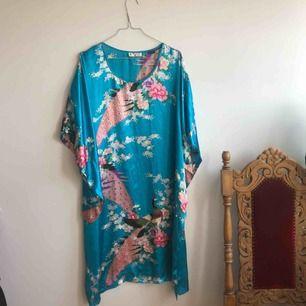 Superfin klänning inköpt secondhand, står ej storlek men skulle säga en oversize M-XL! Frakt tillkommer på 27 kr 🌱👋🏻