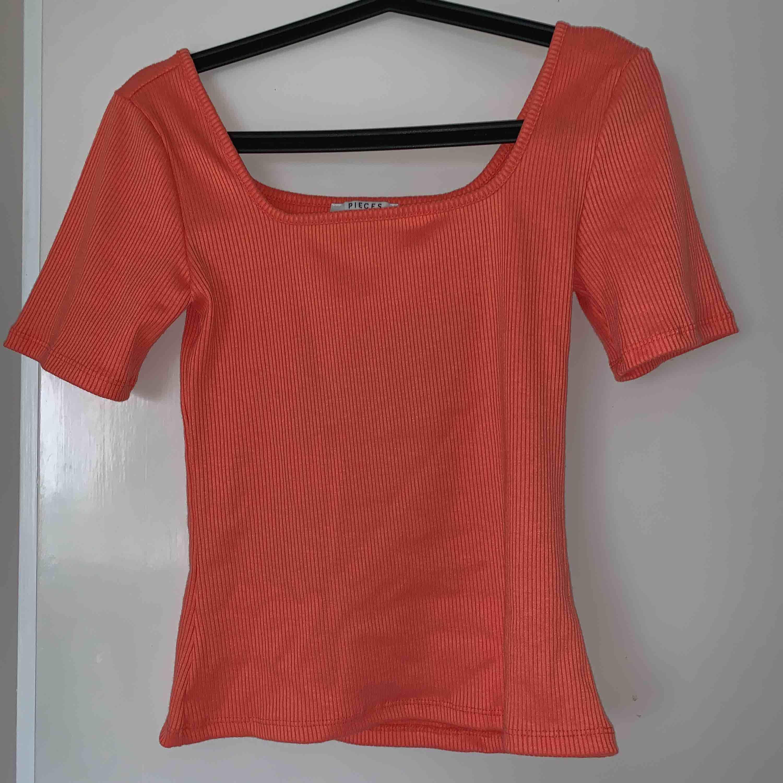 Korallfärgad fyrkants skuren T-shirt från Vero Moda, Pieces Strl S men passar även XS, använd 1 gång Köpare står för frakt!. T-shirts.
