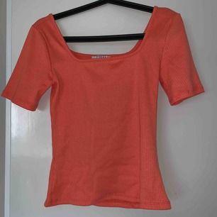 Korallfärgad fyrkants skuren T-shirt från Vero Moda, Pieces Strl S men passar även XS, använd 1 gång Köpare står för frakt!