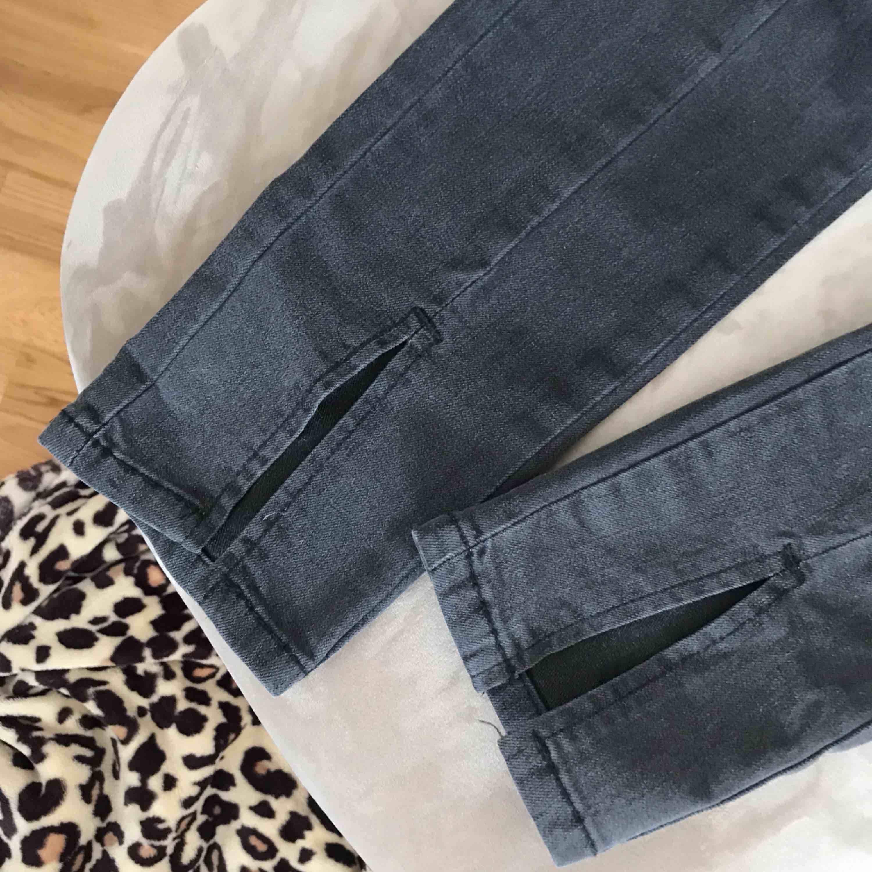 Ett par gråa jeans med slits från Nakd. Köparen står för frakten. . Jeans & Byxor.