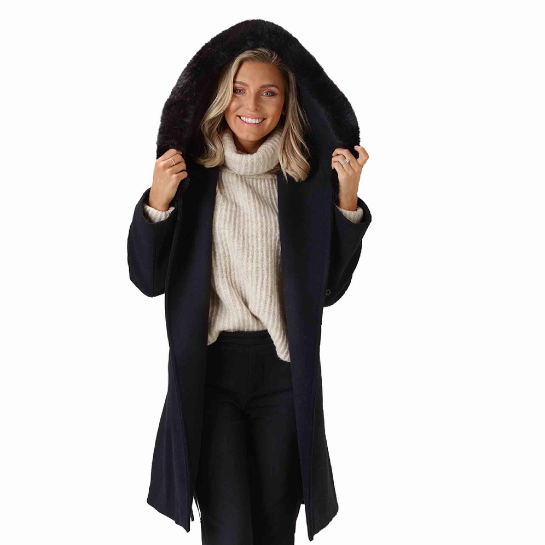 Säljer Sanne Alexandra kappa the wool coat i storlek S. Aldrig använd. Påminner om max mara mango, men är i faux fur ❤️ nypris 3000kr . Jackor.