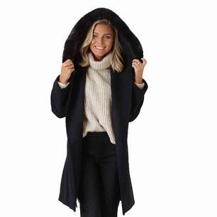 Säljer Sanne Alexandra kappa the wool coat i storlek S. Aldrig använd. Påminner om max mara mango, men är i faux fur ❤️ nypris 3000kr