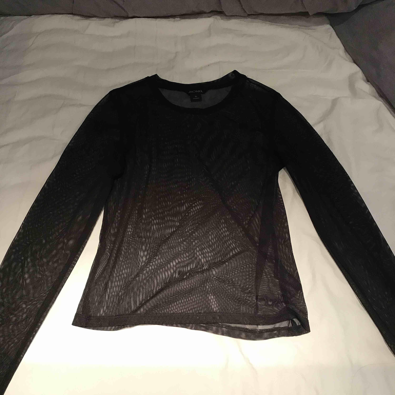 Mesh-tröja från Monki, använd enstaka gång. Har ett liitet hål i armhålan (dock inget som syns) därav billig. Kan eventuellt tänka mig att sälja ännu billigare! . Toppar.