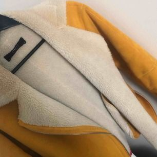 Köpte denna mysiga jacka förra hösten, den är i fint skick och inte använd mer än några få gånger!