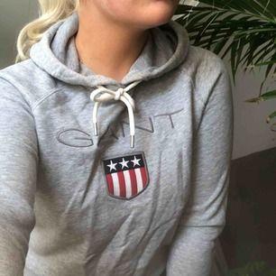 Äkta grå hoodie från Gant. Knappt använd! Kan mötas upp i Västerås eller frakta (fraktkostnad tillkommer).