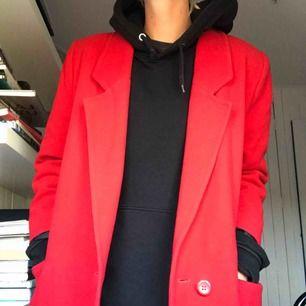 Lång rock i 100% ull. Boxig modell och räcker mig till vaden, är 177cm lång. Vintage och väl använd men i fint skick. Klarröd färg och svart foder. Köparen betalar frakt eller möts i Gbg ✨