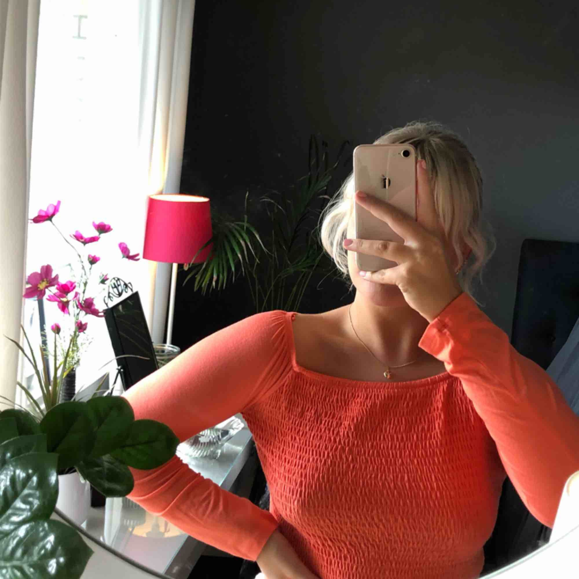 Supersöt topp från Gina Tricot i en korallrosa färg. Köpt i år och trendig! Knappt använd. Kan mötas upp i Västerås eller frakta (fraktkostnad tillkommer).. Toppar.