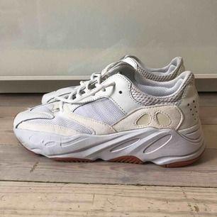 Adidas jeezy 700 White (fake) Från Marocko  Använda fåtal gånger, något märkta av det.