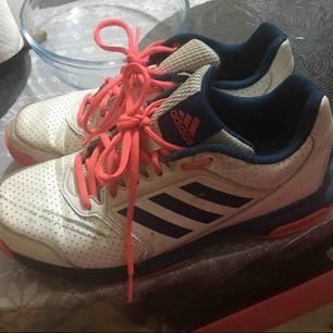 Fina adidas skor passar inte mig längre  Köparen står för frakt.