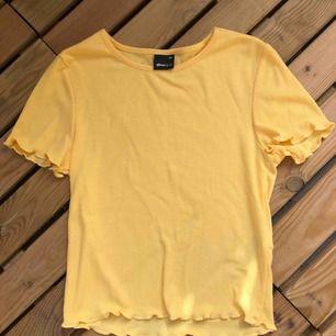 Gul t-shirt från Gina tricot, aldrig använd! Kan mötas upp i Malmö men även fraktas, köparen att står frakten!:)
