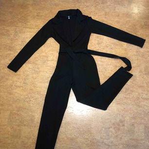 Jumpsuit från Nelly, aldrig använd endast provad! Kan mötas upp i Malmö men även fraktas, köparen står för frakten!:)