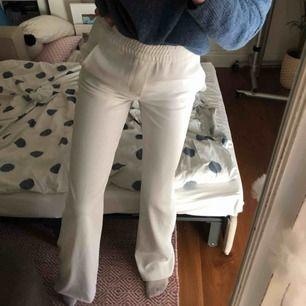 Skitsnygga vita kostymbyxor med fickor bak o fram, bra skick💞💞