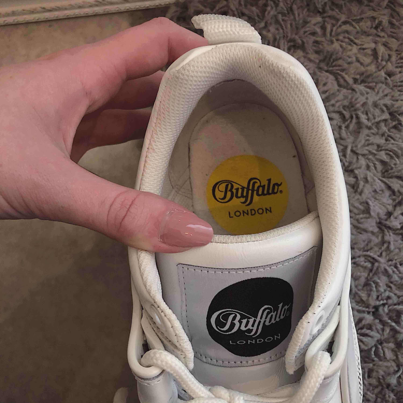 Säljer nu mina kära Buffalo sneakers pga att dom alldeles för sällan kommer utanför min lägenhet tyvärr!! Sparsamt använda, någon liten slitning längst fram därav priset, kan skicka bild! 🌸köparen står för frakten❤️. Skor.