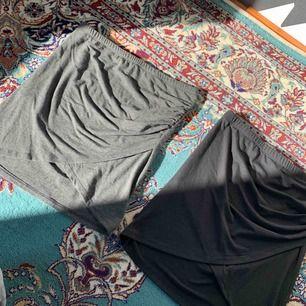 oandvända kjolar ifrån bikbok i storlek S, en grå och en svart. 1 för 80kr & båda för 150kr🥰
