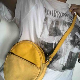 Supersöt rund gul handväska från H&M. Aldrig använd. Kan mötas upp i Västerås eller frakta (fraktkostnad tillkommer).