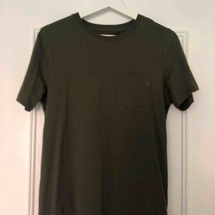Säljer en mörkgrön t-shirt köpt på Jack and Jones. T-shirten är aldrig använd och i fint skick. Kan mötas upp i Örebro, annars betalar köparen frakten.