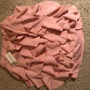 Supersöt rosa Kjol med volang, aldrig använt. För liten för mig så kan inte använda den. Köpt för 200kr/20euro