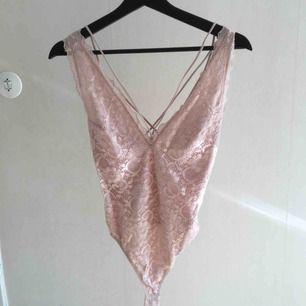 Superfin rosa spetsbody från Nly Trend by Lisa Olsson. Tyvärr inte min stil längre! Möts upp i Uppsala eller fraktar mot betalning.