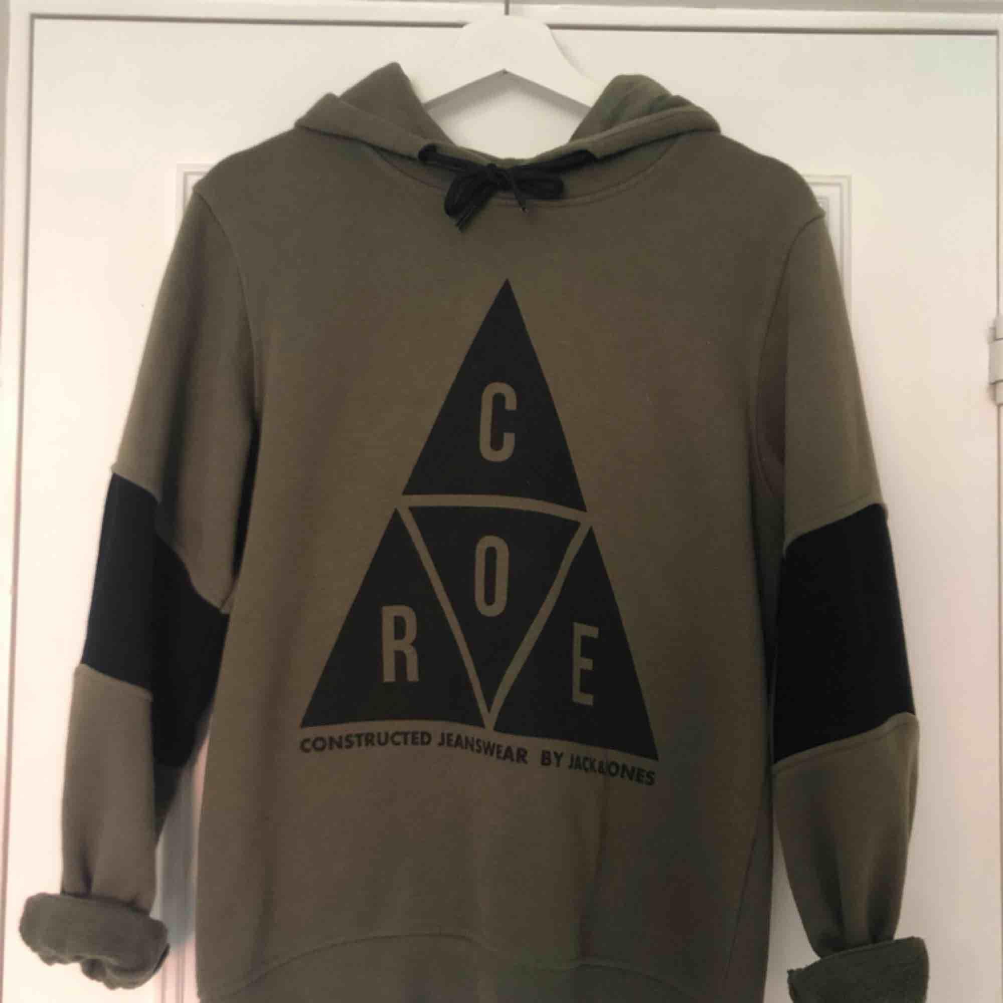 Säljer en mörkgrön hoodie från Jack and Jones core. Jag har haft hoodien i 1 år. Möts upp i Örebro, annars står köparen för frakten💚. Huvtröjor & Träningströjor.