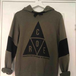 Säljer en mörkgrön hoodie från Jack and Jones core. Jag har haft hoodien i 1 år. Möts upp i Örebro, annars står köparen för frakten💚