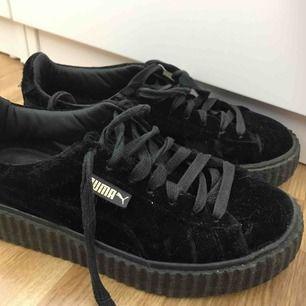 Ett par snygga puma x fenty skor i velvet De yttre tyget har gått upp bara lite på skorna, fast det syns inte när man har på dom Original pris 3300