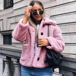 En Oanvänd Teddy jacka från Zara i storlek M Köpte den i vintras för 699kr. Säljer den pga är för stor för mig   🔅Kan mötas upp i Stockholm