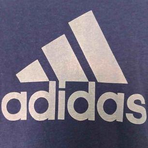 Säljer en super fin adidas t-shirt från adidas. Använd fåtalgånger och o fint skick. Möts upp i Örebro, annars står köparen för frakten💙