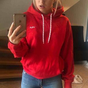 Röd fila hoodie, som är använt sparsamt. Säljer pågrund av att jag har för många hoodies. As mysig och skön.