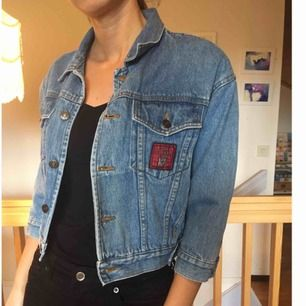 Liten jeansjacka med snygg patch! Vet inte storlek men jag har haft den när jag va en 34. Möts upp i Stockholm!