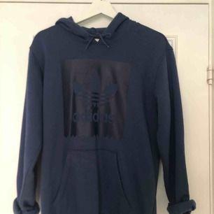 Säljer en mörkblå adidas hoodie då den ej kommer till användning. Nypris är 700kr. Hoodien är i gott skick och använd fåtal gånger. Möts upp i Örebro, annars står köparen för frakten;)💓