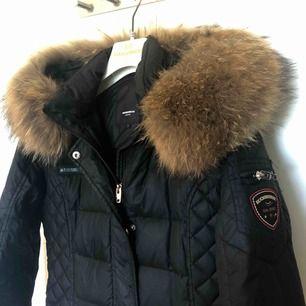 Rock and Blue beam mid jacka i svart, med äkta päls. Använd varsamt 2 vintrar och är i bevarat skick. Priset kan diskuteras och köparen betalar även för frakten då jag endast skickar den. Storlek 38.