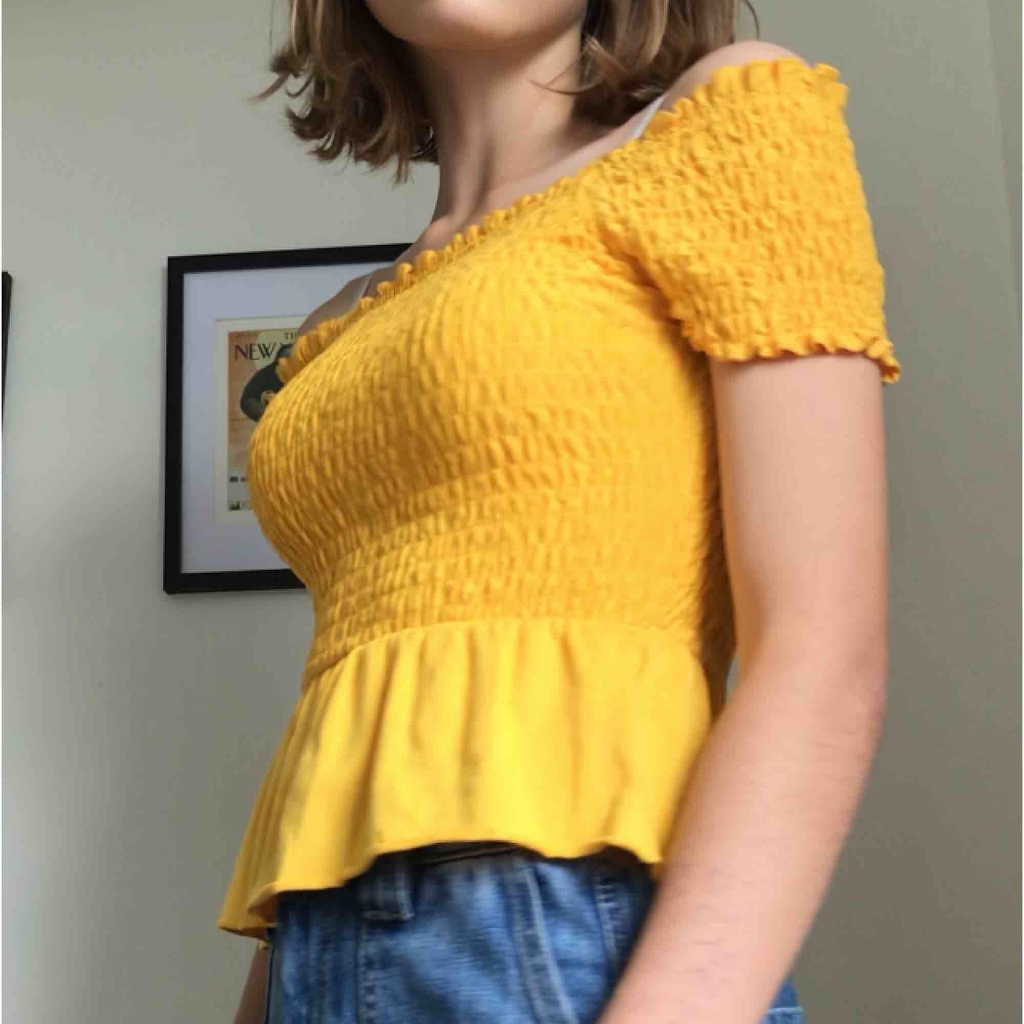 En fin gul tröja från Gina tricot Bara varit använts två tre gånger Den är i bra skick Stl är XS men passar säkert S o M också, det är töjbart material Orginal pris 250. Toppar.