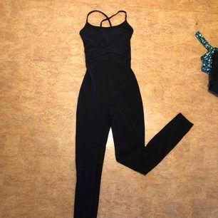 Jumpsuit från H&M med snörning i ryggen, använt men fint skick! Kan mötas upp i Malmö men även frakta, köparen står för frakten!:)