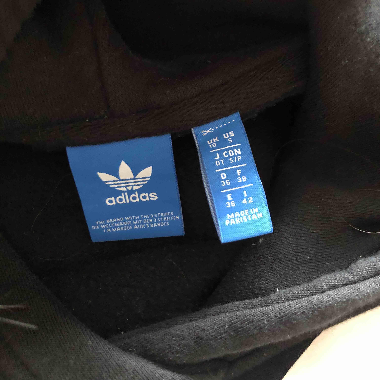 svart hoodie från adidas, extremt skön och mycket fint skick🖤 använt ett fåtal ggr pga att jag inte riktigt har den stilen som hoodien är i⚡️⚡️ frakt och pris kar diskuteras😁. Huvtröjor & Träningströjor.
