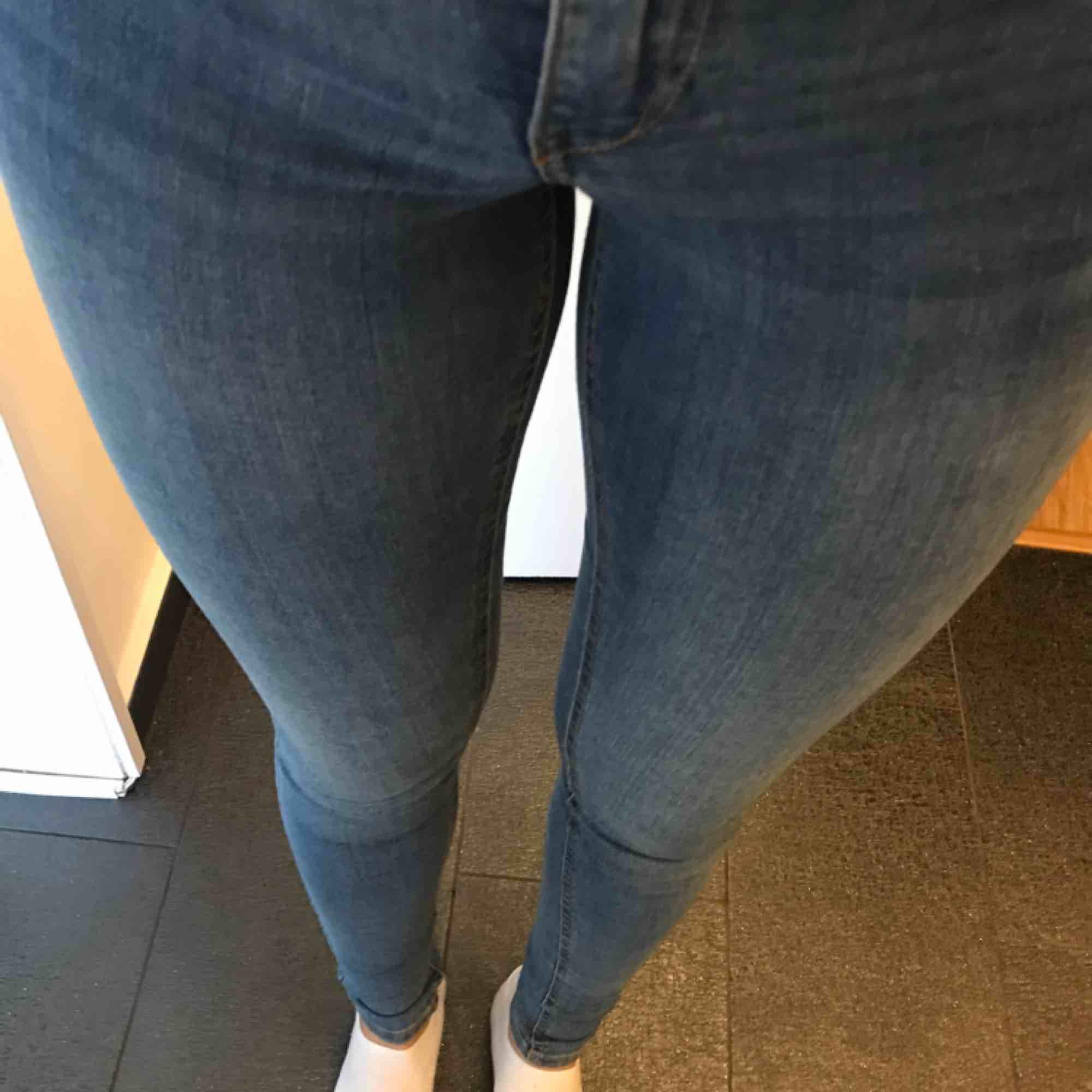 Jeans från Gina tricot, Alex. Relativt ljusblåa. Använda kanske 4 ggr utomhus. Perfekt skick!  Originalpris 399, nypris 160kr. Mötas i sthlm eller står köparen för frakten. . Jeans & Byxor.