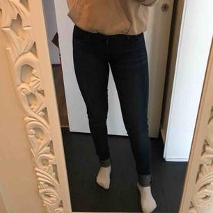 Levis jeans. Ganska stretchiga men ändå relativt hårda. Jättefin blå färg, säljs för jag har för många byxor! Strl 26, Levis 710 super skinny. Använda typ 3 ggr utomhus. Helt nytt skick! Originalpris runt 1000, nypris 300kr