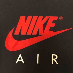 Säljer en Nike air t-shirt då den är för liten. Sitter som DN XS. T-shirten har ett par stänk från målarfärg på sig som kan ses tydligt på bild 3. Tröjan är annars i gott skick. Möts upp i Örebro, annars står köparen för frakten