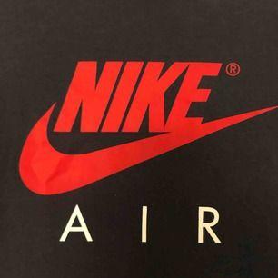 Säljer en Nike air t-shirt då den är för liten. Sitter som DN XS. Den har ett par stänk från målarfärg på sig som kan ses på bild 3 men det går säker enkelt att ta bort. Tröjan är annars i gott skick. Möts upp i Örebro, annars står köparen för frakten