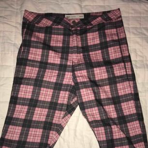 """Rosa rutiga """"jeans"""" från ASOS strl 32/32 passar L. Normal midja slutar precis vid naveln. Mottagare står för frakt"""