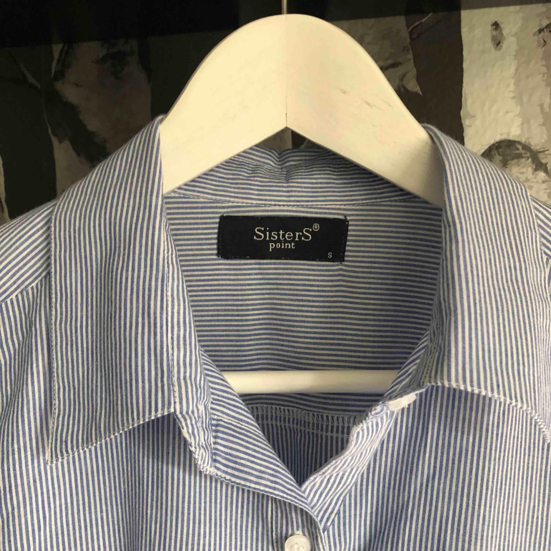 Snygg skjorta från sisters point storlek S, varsamt använd!!. Skjortor.